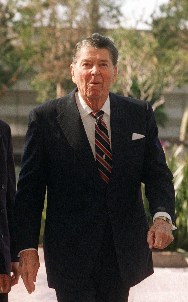 1997年2月6日,罹患阿茲海默症的前總統雷根現身於洛杉磯的辦公室外,歡慶86大壽。(美聯社)