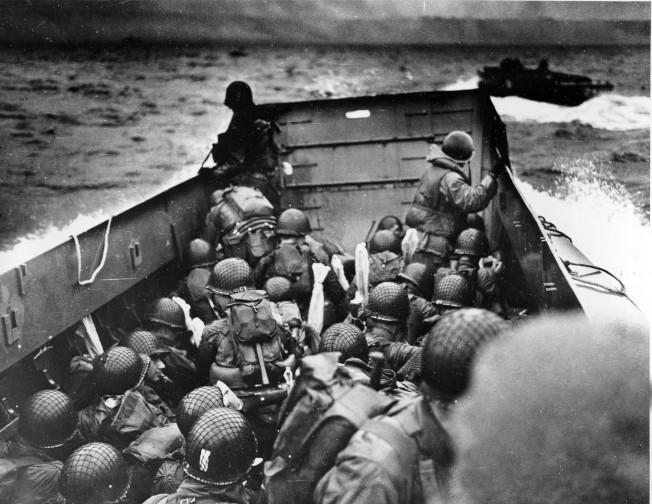 1944年6月6日,美國海岸防衛隊 (U.S. Coast Guard) 所屬戰艦正接近法國諾曼第海灘,準備搶灘。(美聯社)