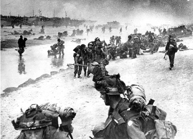 1944年6月6日,英國海軍抵達寶劍海灘 (Sword Beach),支援傷兵慘重的盟軍陸戰隊。(美聯社)