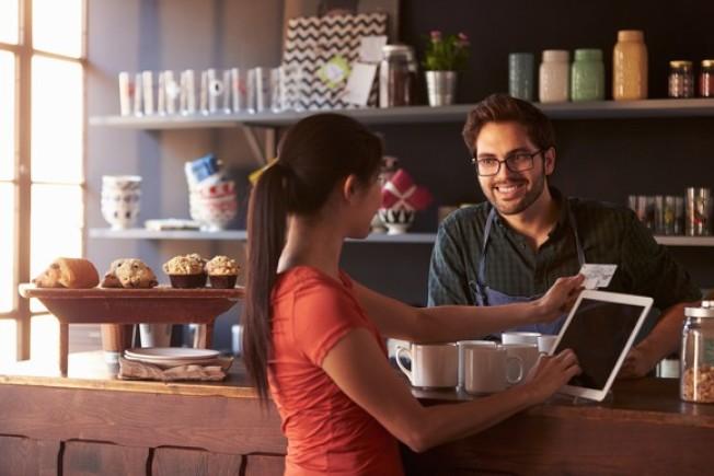 把每天買咖啡的3.5元存下來,投資在低費用的羅斯個人退休帳戶,30年後就有10萬6000元。(Getty Images)