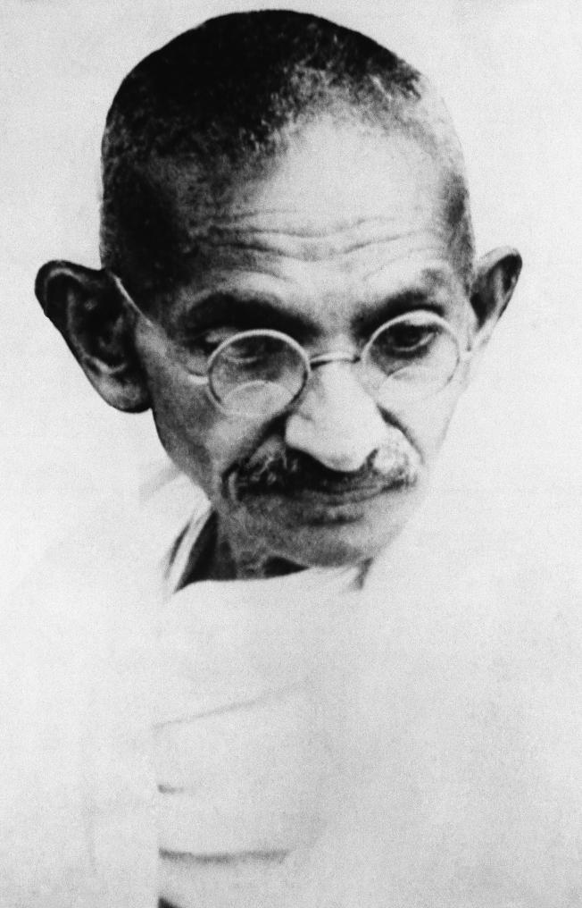 1930年5月13日,印度「勝雄」甘地在一場抗議活動中被逮捕前的身影。(美聯社)