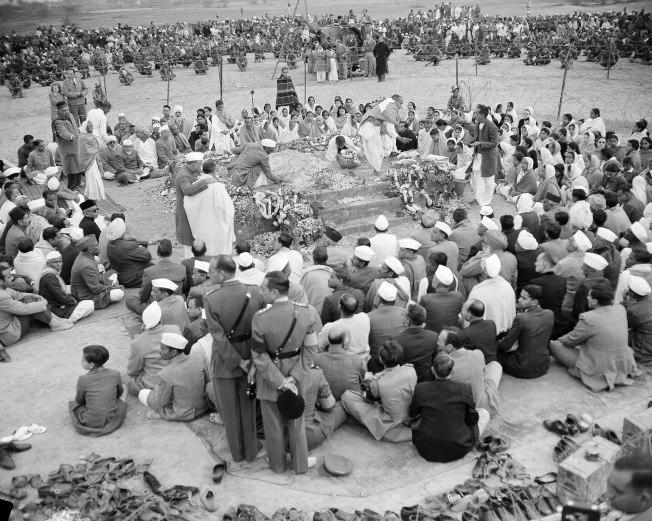 1948年2月1日,在甘地被刺殺後兩天,其追隨者為他舉辦神聖葬禮。(美聯社)