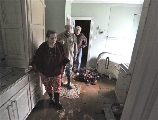 淹水過後應「防疫總動員」,包含清除積水、用肥皂水清潔家具、地板、且可用稀釋的漂白水消毒廚房器具和屋內環境。(美聯社)