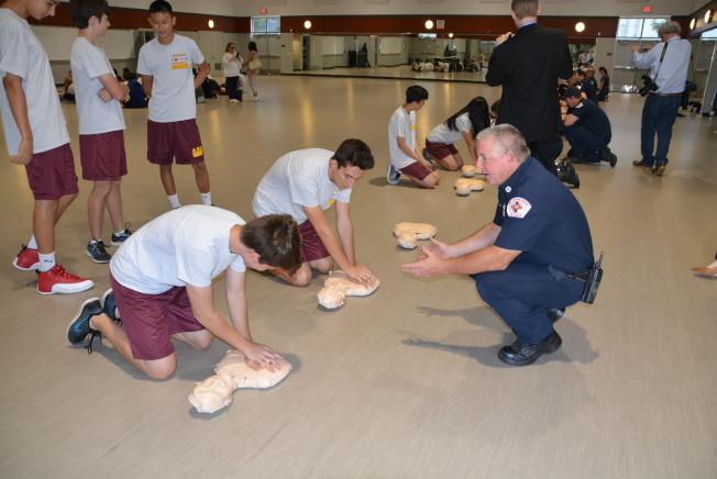 亞凱迪亞消防局隊長Mike Stratton(右)親自督導學習心肺復甦施救技能。(記者丁曙╱攝影)