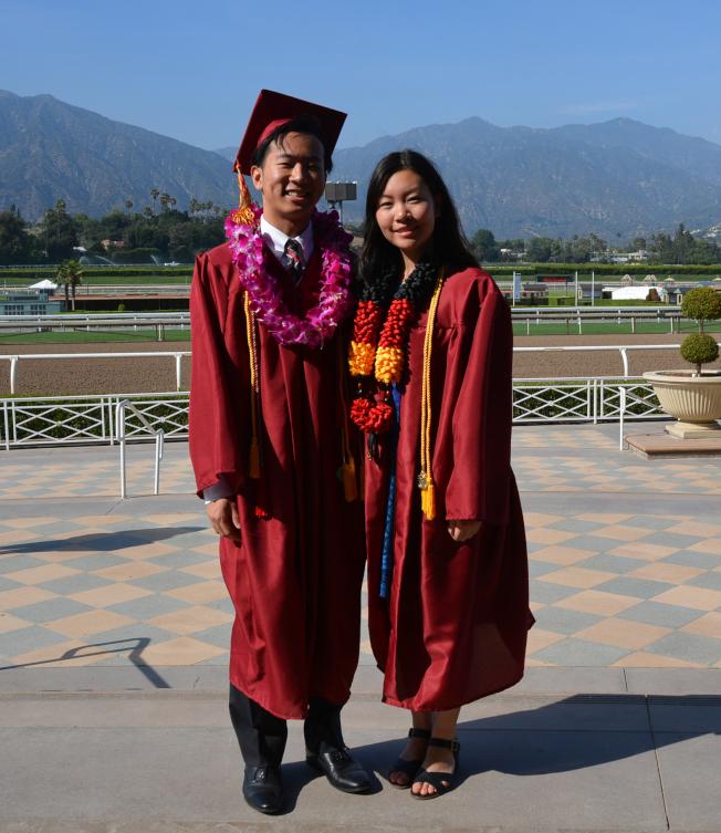 亞凱迪亞高中2017屆畢業生第一名余晟豪(左)和第二名朱念明,將分赴哥倫比亞大學和哈佛大學深造。(記者丁曙/攝影)