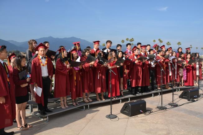 亞凱迪亞高中合唱團高唱一曲離別歌。(記者丁曙/攝影)