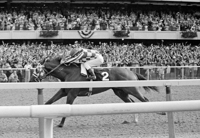 1973年6月9日,超級賽駒「秘書 (Secretariat)」衝向終點線,奪得三大錦標賽的最終戰貝蒙錦標賽 (Belmont Stakes) 冠軍。(美聯社)
