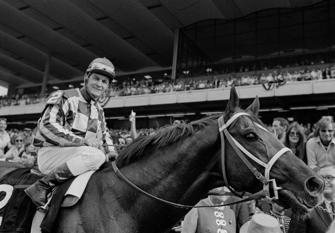 1973年6月9日,超級賽駒「秘書 (Secretariat)」在奪得三大錦標賽的最終戰貝蒙錦標賽 (Belmont Stakes) 冠軍後,與騎手合影。(美聯社)