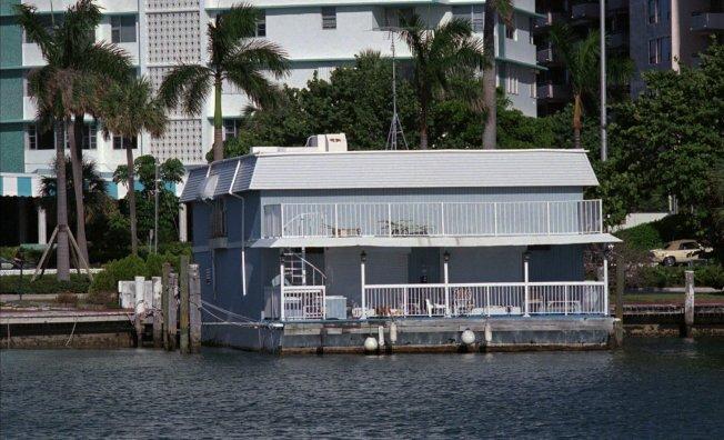 庫安南藏身這棟船屋,但遭警方發覺而圍捕。(美聯社)
