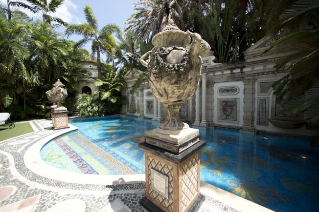 凡賽斯在邁阿密灘的豪宅,內部陳設華麗,充滿他的設計元素。(美聯社)