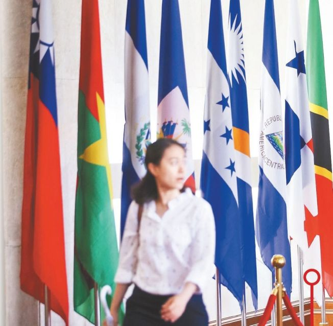 巴拿馬總統瓦雷拉在當地時間12日晚間宣布與中國大陸建交,外交部大廳13日早上仍可見巴拿馬國旗(右二)。 記者余承翰/攝影