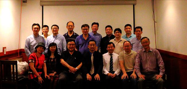 華夏中校總校董事會,王宏(前排中)當選新任校長。(華夏中校提供)