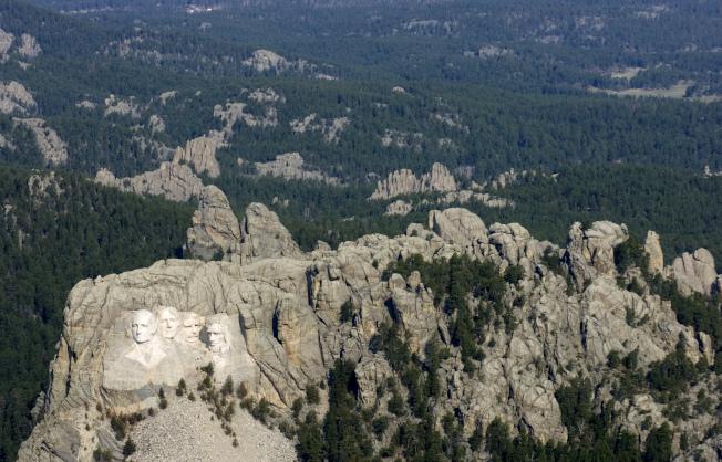 2008年4月22日空拍拉斯摩爾山區總統石像。(美聯社)