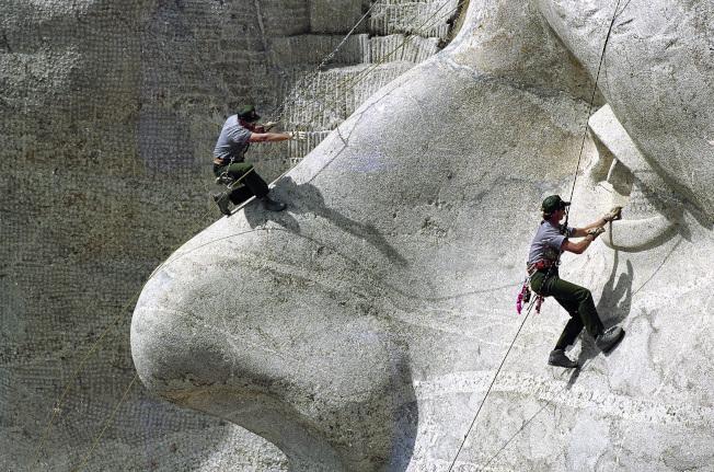 1992年6月15日,國家公園管理局的工作人員為傑佛遜像進行年度維修。(美聯社)