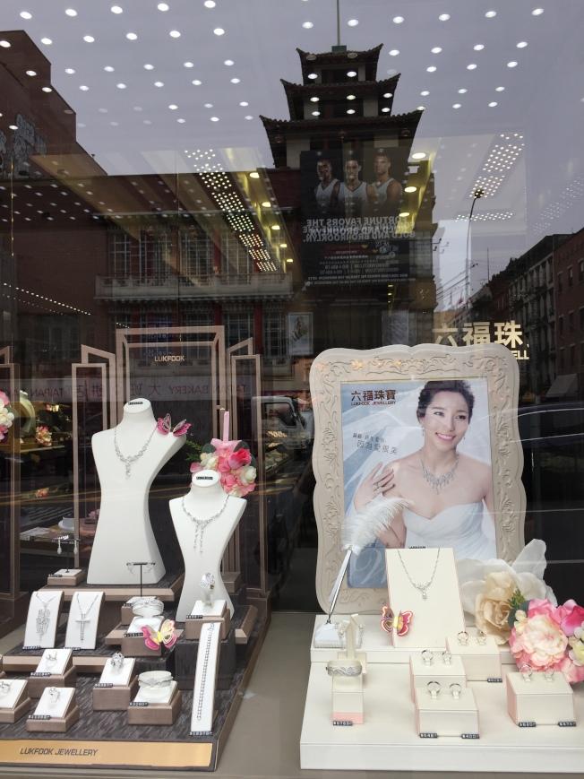 適合亞裔新娘的珠寶首飾,精雕細琢。(陸怡雯/攝影)