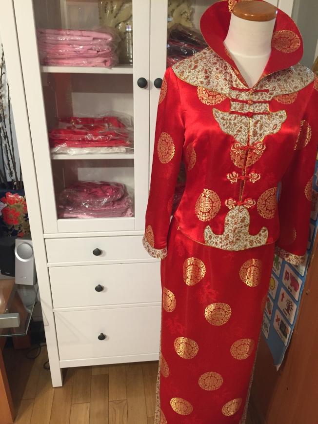 上海鴻翔名店內,翻領兩截式鳳仙裝,是婚禮敬茶環節新娘常穿服飾。(陸怡雯/攝影)