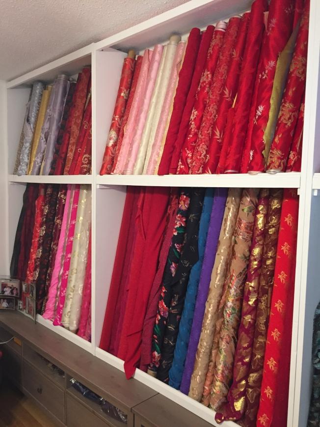 鴻翔名店的一面牆陳列各色旗袍面料。(陸怡雯/攝影)