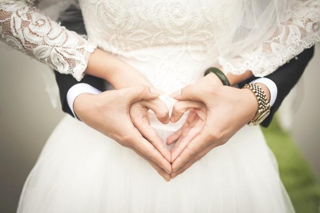 婚姻不僅是兩個人情感的連結,也牽涉到雙方的財務契約。(Pexels)
