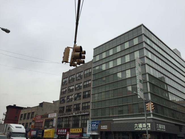 曼哈頓堅尼路和勿街交口,珠寶店連成片。(陸怡雯/攝影)