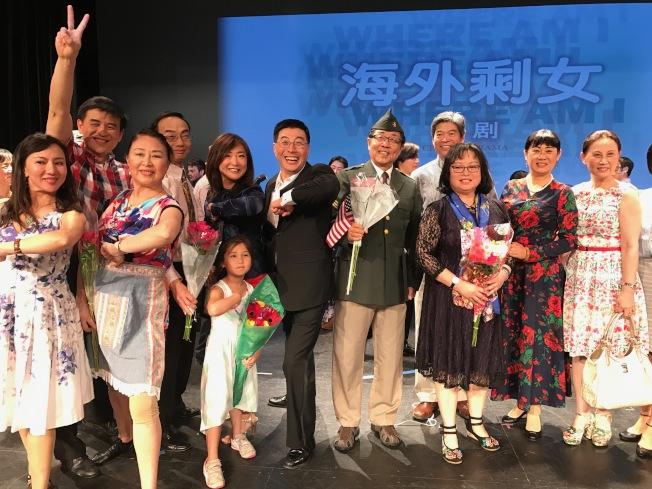 「海外剩女」英文版首演,部份劇組成員合影。(記者俞國梁/攝影)