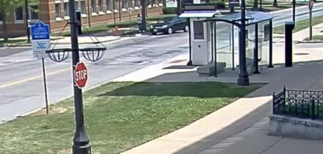 經過FBI強化影像後的監視影片,清楚可以看到章瑩穎與黑色車輛駕駛交談。(FBI影像截圖)
