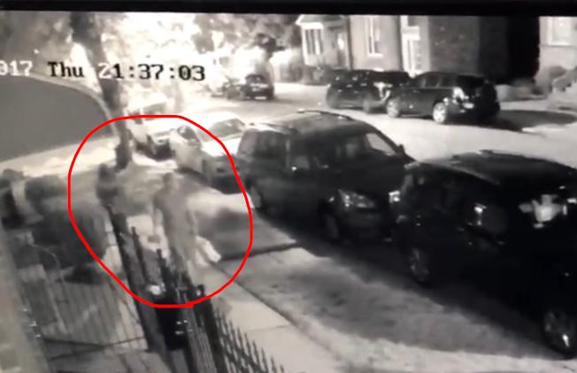 住戶裝設的監視攝影機中,可以看到15日晚間在29街附近被搶的華男,已被一名搶犯盯上。(讀者提供)