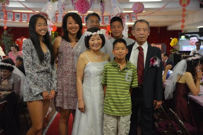 金婚代表吳登鈐、簡葉和家人們合影。(記者張宏/攝影)
