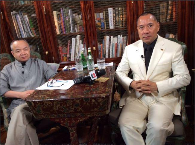 郭文貴(右)接受明鏡網訪問,左為主持人陳小平。(取材自陳小平推特)