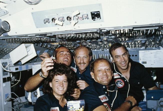 另外四名太空人乘挑戰者號執行 NASA的「STS-7 」太空任務。(NASA)