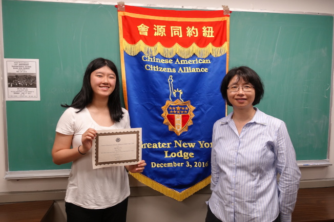 徐立靈(左)獲得一等獎,右為母親邱文。(記者金春香/攝影)