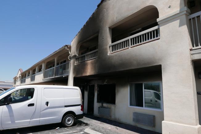 南艾爾蒙地一處汽車旅館18日發生爆炸引發火宅,火勢蔓延至二樓。(記者李雪/攝影)