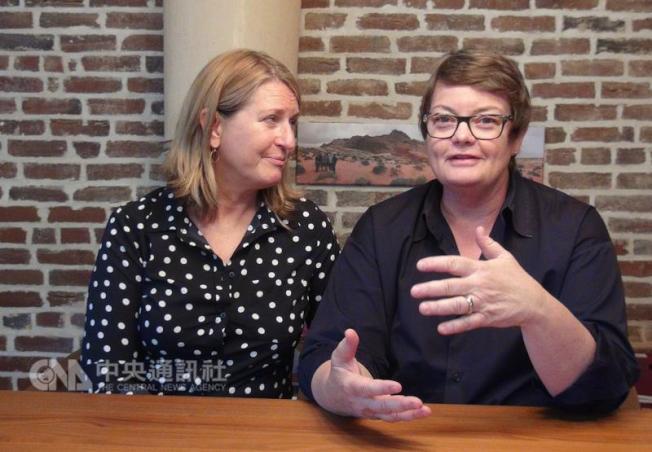 克里斯(右)與珊蒂(左)在家中談爭取婚姻上訴經驗 ,期盼平權能在國際間落實。 中央社