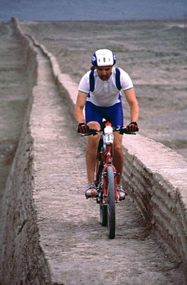 福斯特騎腳踏車登長城圖片。(福斯特提供)