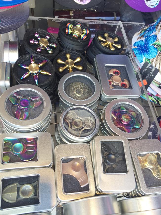 指尖陀螺風靡,尖細版陀螺活躍在市場。(記者俞姝含/攝影)