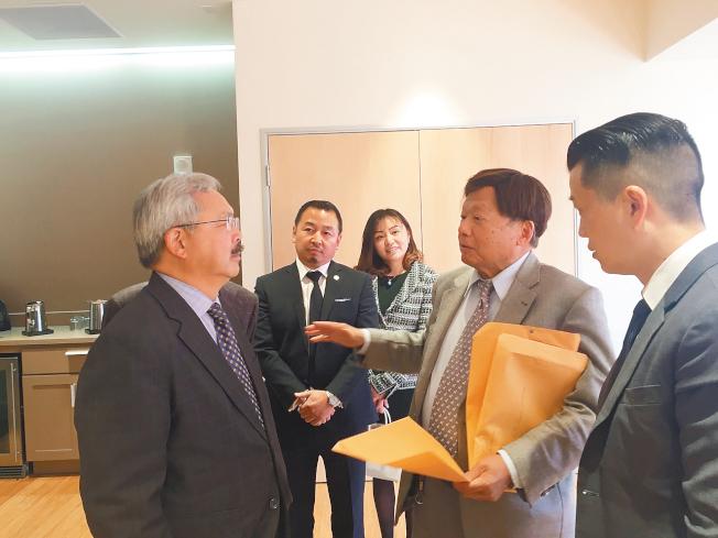 華埠街坊會主席李兆祥(右二)向市長李孟賢(左一)反映華埠社區的訴求。(圖片由李兆祥提供)