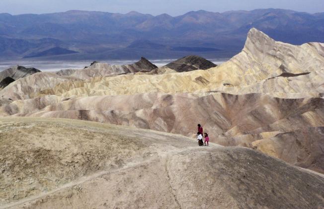 加州死亡谷氣溫將高達華氏120度,反而吸引遊客。(美聯社)