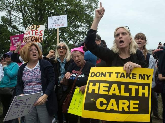 共和黨在推動通過新的健保計畫,重點強調了保險公司要撤出部分州的健保市場,導致部分州的民眾明年將沒有保險可買。(Getty Images)