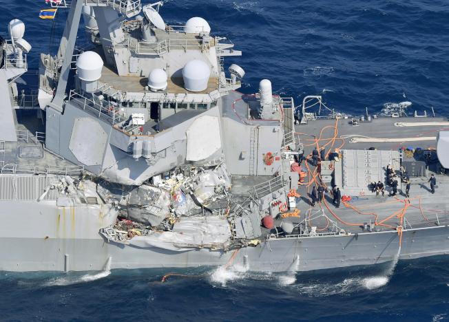 美國海軍「費茲傑羅號」驅逐艦17日在日本外海與一艘貨櫃輪相撞,右舷嚴重受損,水線下劃出一道大裂縫,險些進水沈沒,賴官兵全力搶救才保住。(美聯社)