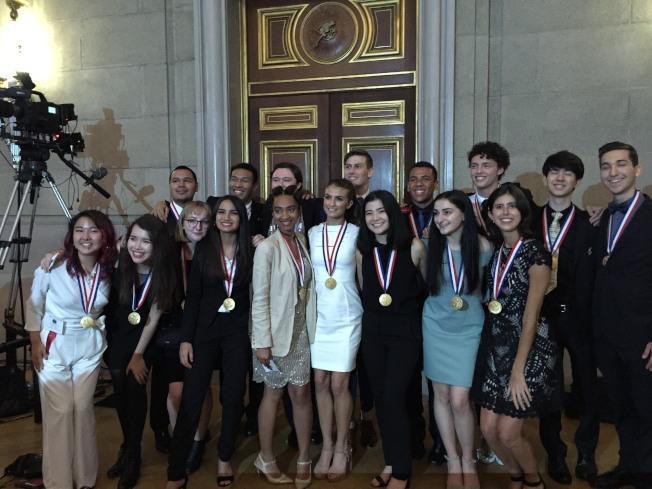 總統學者獎藝術類得主,包括華裔陳佳蓉(前左一)和紐約的薄克雷(後排左二)。(特派員許惠敏/攝影)