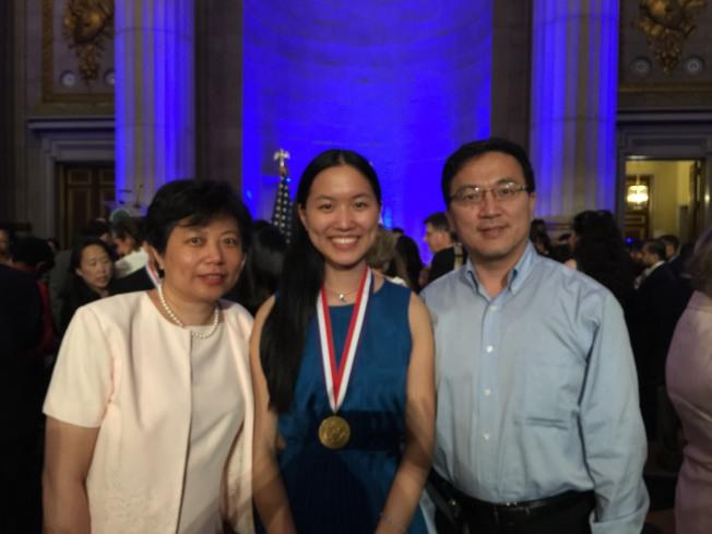 胡滄(右)說,女兒能代表紐約州獲得總統獎榮銜,是做父親最大的光榮,他希望女兒昀燕(Grace Hu)再接再厲,進入史丹福大學發揮長才。(特派員許惠敏/攝影)