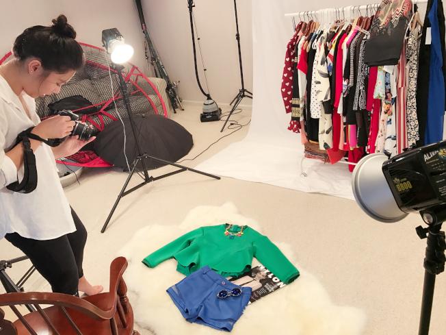 小齊搭配衣服,準備拍照。