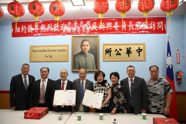 吳新興(左四)在徐儷文(右三)的陪同下拜訪紐約中華公所,並向蕭貴源(左三)和王張令瑜(左五)頒發嘉獎令。(記者洪群超/攝影)