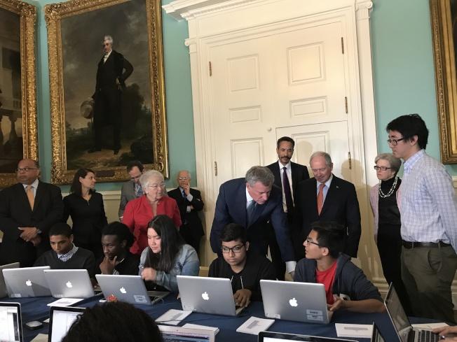 白思豪本月初在市政廳舉辦公校學生編程能力展示,展現市長公校控制權卓有成效。(本報檔案照)