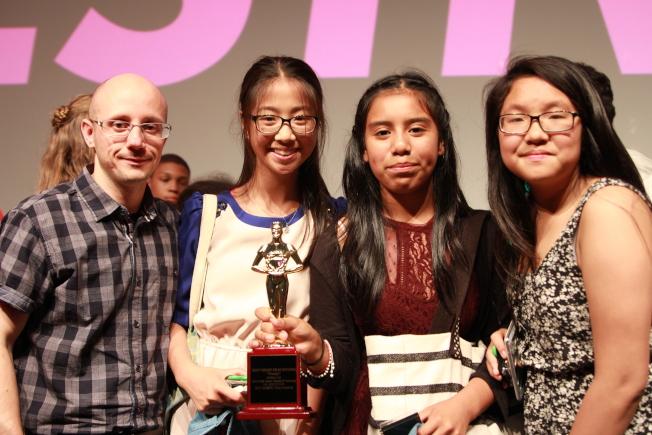Anabelle Chen(右一)和Cynthia Lee(右三)所在的製作團隊獲最佳剪輯獎。(記者李碩/攝影)