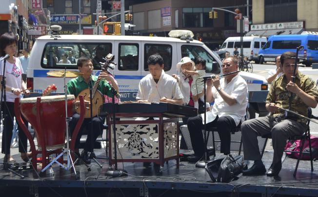 中國民樂表演吸引眾多民眾觀看。(記者俞姝含/攝影)