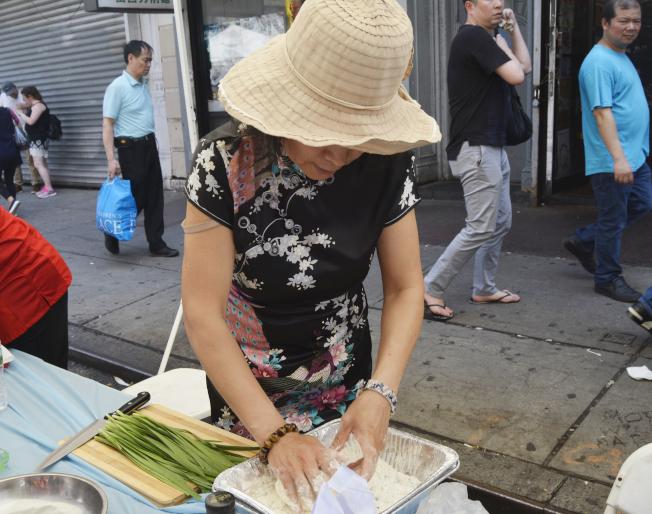 孟藝學會的蕭維理展示包餃子的步驟,推廣中華美食。(記者俞姝含/攝影)