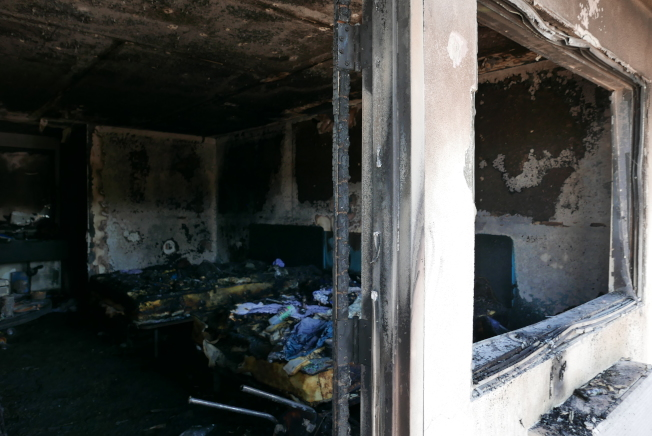 案發房間已被完全炸毀,破損的玻璃窗和門已被去除。(記者李雪/攝影)