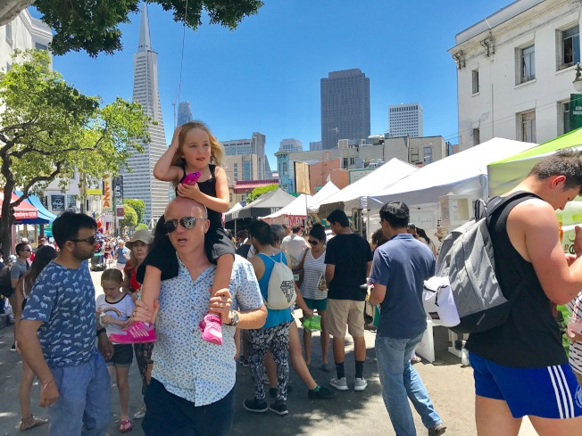街會吸引了眾多市民和遊客。(記者黃少華/攝影)