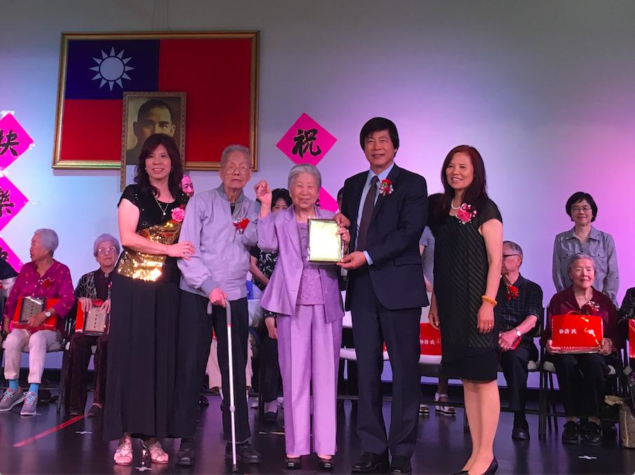 活動特別請馬鍾麟頒發「白金婚」獎牌,慶賀96歲的王光輝和90歲的謝如蘭結婚多年。(圖:耆英聯合會提供)
