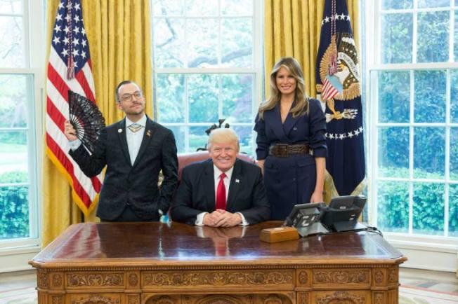 羅德島的年度最佳教師簡諾普羅斯今年4月到華府接受最佳年度教師獎,在橢圓形辦公室內拿著一把黑色花邊扇子,並擺出姿勢,站在川普總統和第一夫人梅蘭妮亞旁邊拍照。(取材自臉書)